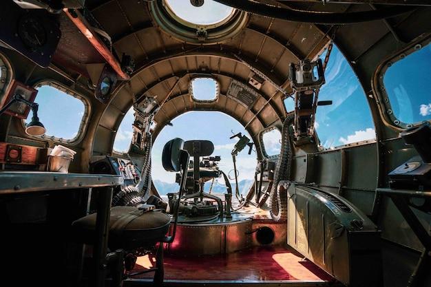 Interior de um avião bombardeiro b-17 da segunda guerra mundial em uma base aérea Foto gratuita