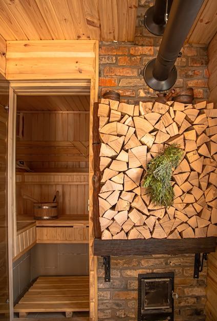 Interior de um banho russo de madeira com itens tradicionais para uso. Foto gratuita