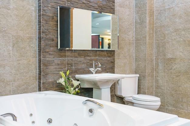 Interior, de, um, contemporâneo, banheiro, interior, com, um, branca, banheira Foto Premium