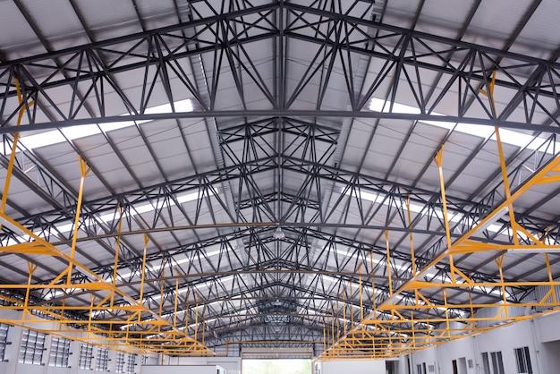 Interior de um grande edifício industrial ou fábrica com construções de aço Foto Premium