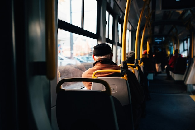 Interior de um ônibus urbano com trilhos amarelos Foto gratuita