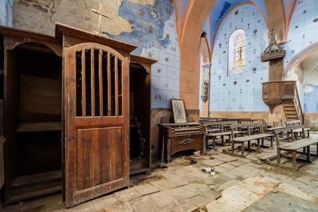 Interior de uma bela igreja azul abandonada Foto Premium