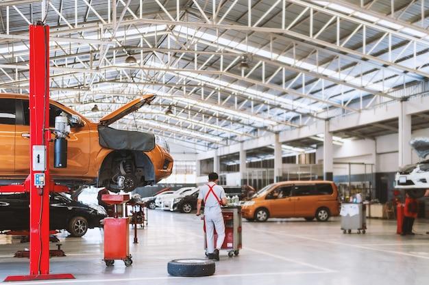 Interior de uma reparação de automóveis na estação de serviço de garagem Foto Premium