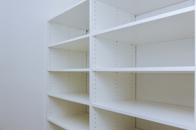 Interior do armário de plástico branco ou roupas com muitas prateleiras vazias com instalação. Foto Premium