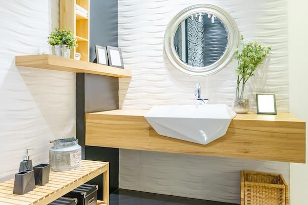 Interior do banheiro com torneira e espelho da bacia do dissipador. design moderno de casa de banho Foto Premium
