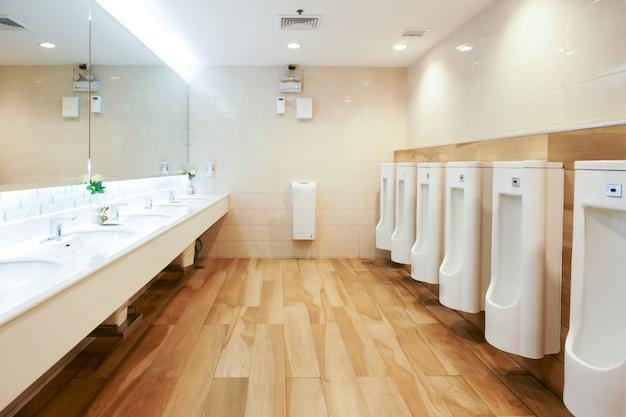 Interior do banheiro público com pia e espelho para lavar as mãos, banheiro limpo Foto Premium