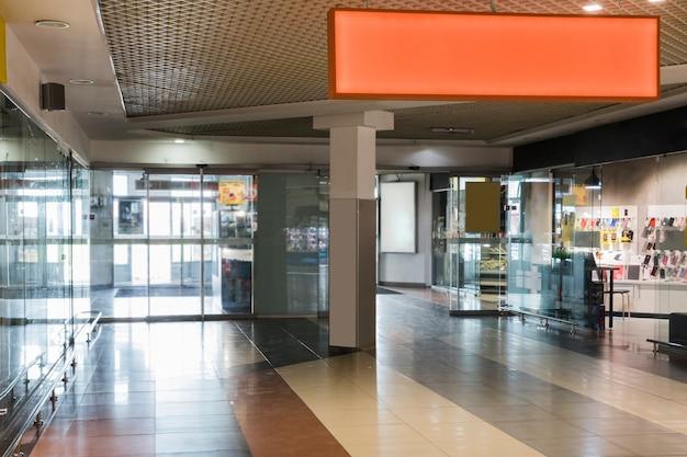 Interior do centro comercial com sinal laranja Foto gratuita