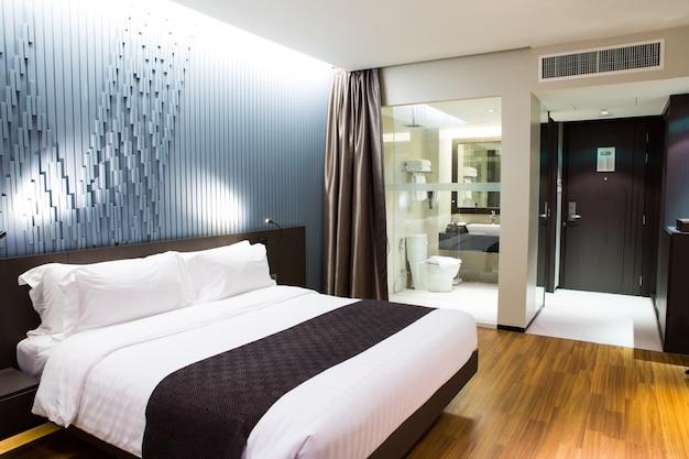 Interior do moderno e confortável quarto de hotel Foto gratuita