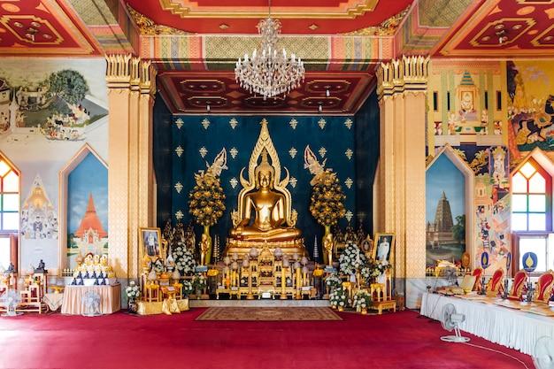 Interior do monastério tailandês (templo tailandês) decorado com arte e golde lord buddha statue tailandeses no centro em bodh gaya, bihar, índia. Foto Premium