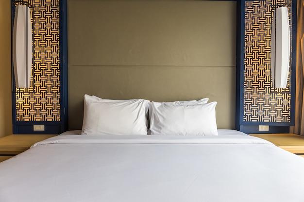 Interior do quarto acolhedor branco e cinzento com parede azul Foto Premium