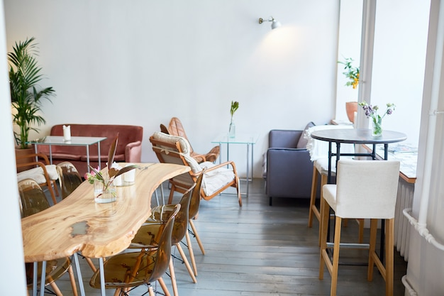 Interior do restaurante elegante Foto gratuita