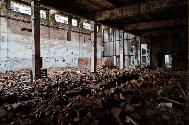 Interior industrial de uma antiga fábrica abandonada. Foto Premium