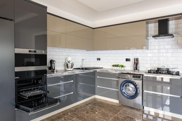 Interior moderno branco, bege e cinza cozinha de luxo Foto Premium