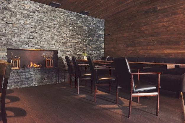 Interior moderno e simples café com móveis clássicos de madeira Foto Premium