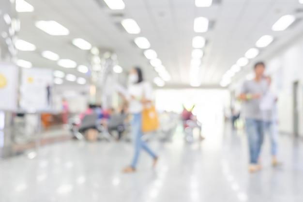 Interior turva de hospital ou clínica com pessoas Foto Premium