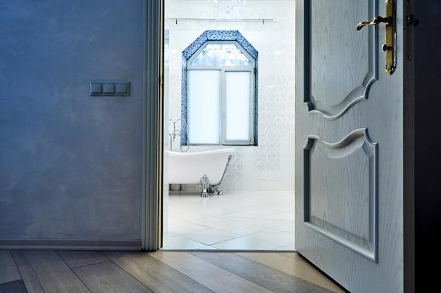 Interiora bonita banheiro moderno. arquitetura de interiores. ver através de portas abertas Foto Premium