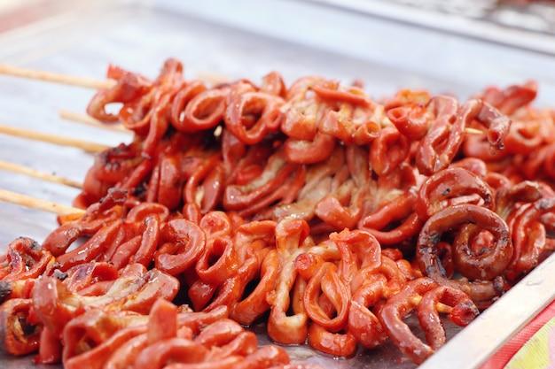 Intestino de frango grelhado na comida de rua Foto Premium