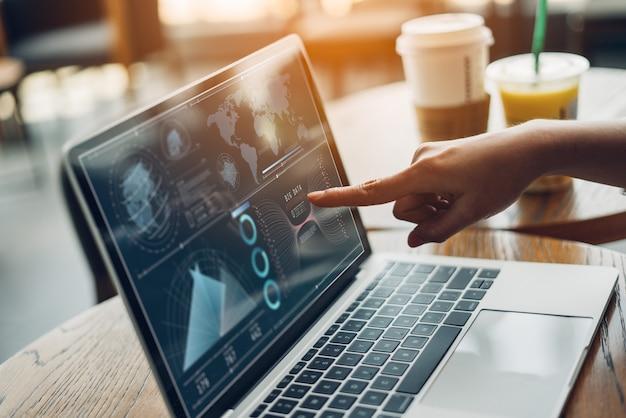 Introspecção e tecnologia da estratégia do plano da analítica mulheres de negócio que trabalham a tabuleta e o computador digitais. Foto Premium