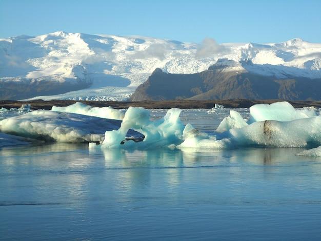 Inúmeros enormes icebergs flutuando na lagoa glaciar jokulsarlon do sul da islândia Foto Premium