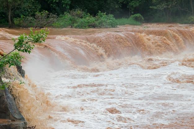 Inundação repentina água rápida vem através de inundação repentina o impacto do aquecimento global Foto Premium
