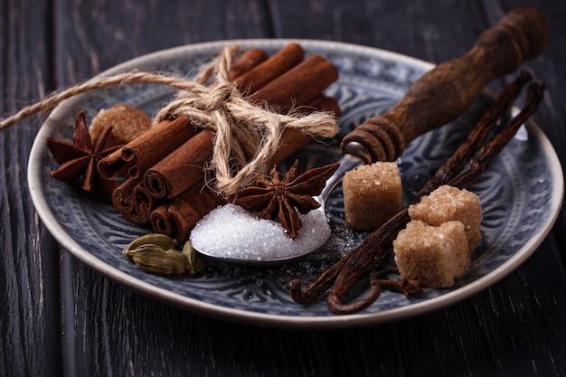 Inverno especiarias canela, anis, cardamomo, baunilha. foco seletivo Foto Premium