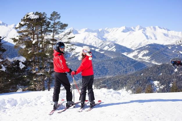 Inverno, esqui - família feliz em uma estação de esqui. Foto Premium