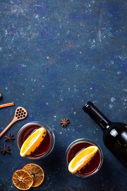 Inverno tradicional e natal bebem vinho tinto quente Foto Premium