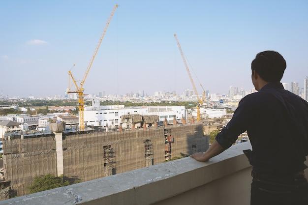 Investidores imobiliários olhando edifícios Foto Premium