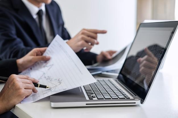 Investimento de equipe de negócios trabalhando com gráfico de análise de mercado de ações de gráfico de computador e análise com gráfico Foto Premium