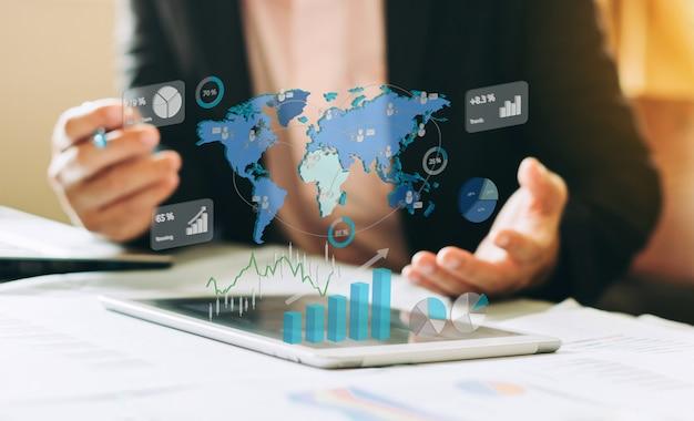 Investimento do homem de negócios que analisa o relatório financeiro da empresa com gráficos digitais. Foto Premium