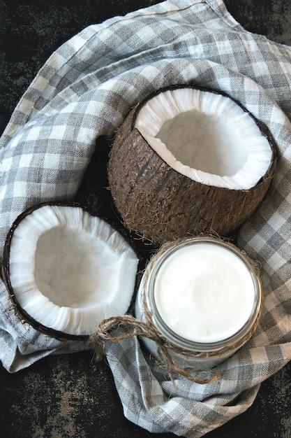 Iogurte de coco e coco. iogurte vegano. keto dieta. Foto Premium