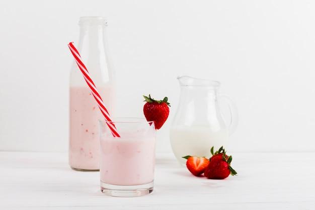 Iogurte de morango em copo decorado Foto gratuita