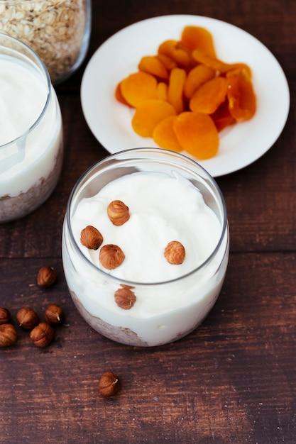 Iogurte saudável e café da manhã com frutas secas Foto gratuita