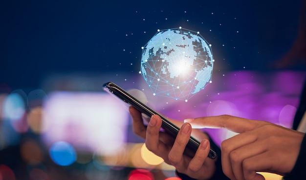 Iot tecnologia (internet das coisas), mão segurando o telefone com rede global de círculo moderno Foto Premium