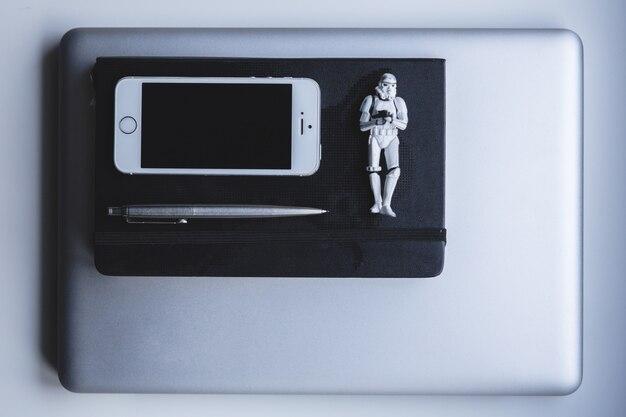 Iphon e stormtrooper branco Foto Premium
