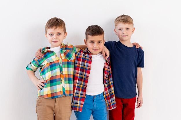 Irmandade de meninos jovens Foto gratuita