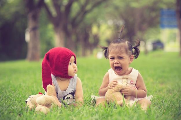 Irmão acalma uma irmã chorando Foto Premium