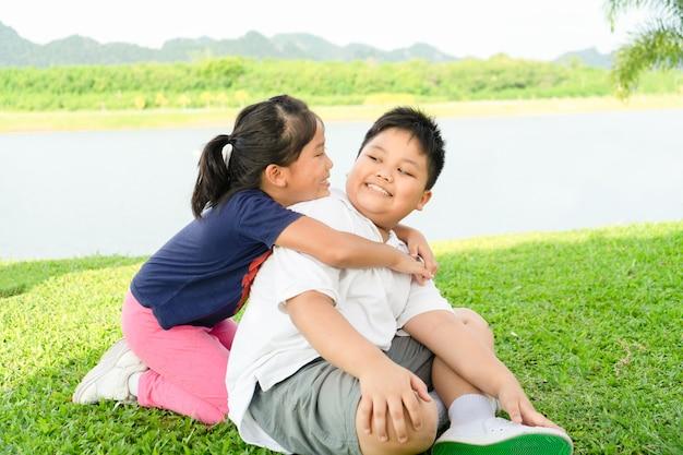 Irmão e irmã abraço Foto Premium