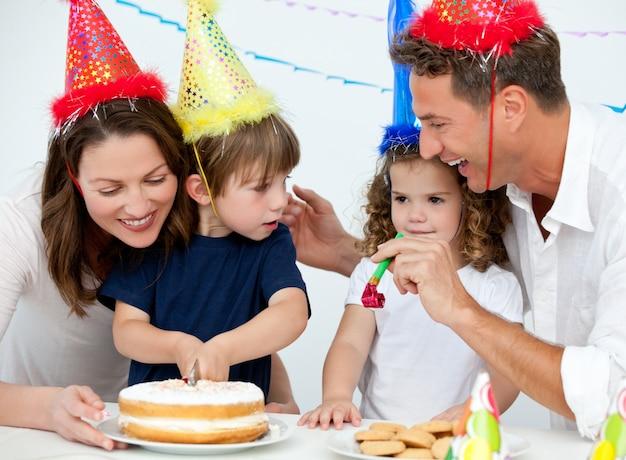Irmão e irmã comemorando seu aniversário em casa Foto Premium