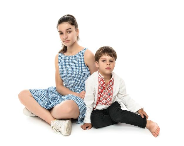 Irmão e irmã, retrato de estúdio em branco Foto Premium
