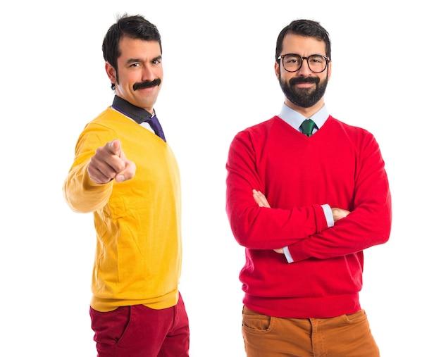 Irmãos gêmeos confiantes Foto gratuita
