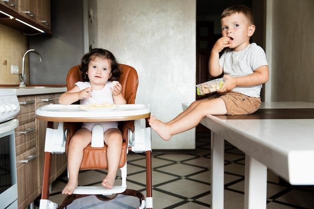 Irmãos jovens bonitos de vista frontal Foto gratuita