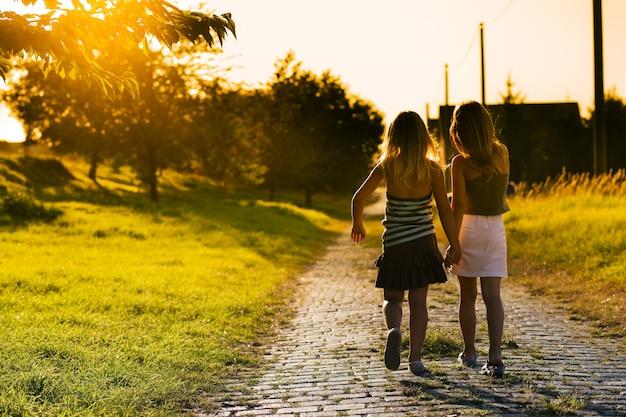 Irmãs no caminho Foto Premium