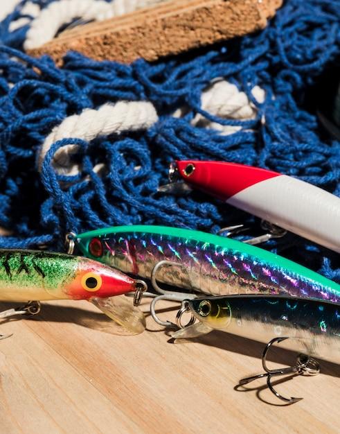 Iscas de pesca coloridas com rede na mesa de madeira Foto gratuita