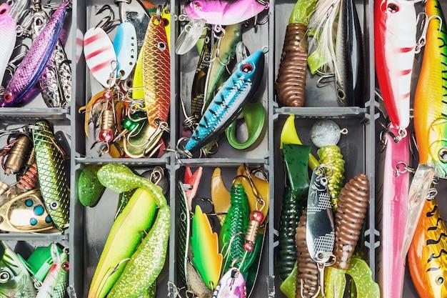 Iscas de pesca e acessórios na caixa Foto Premium