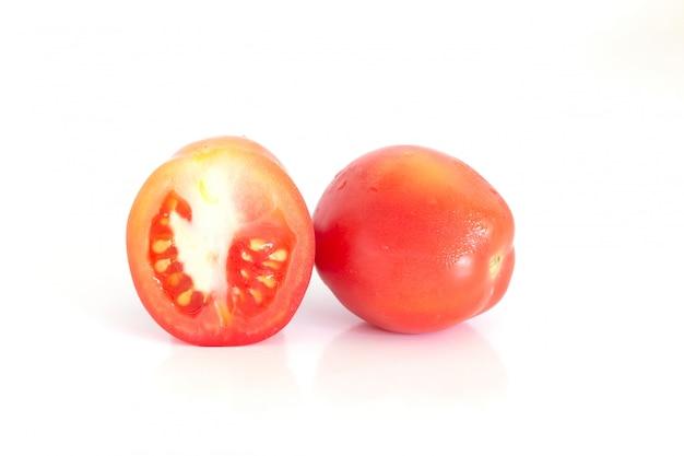 Isolado de tomates frescos em fundo branco Foto Premium