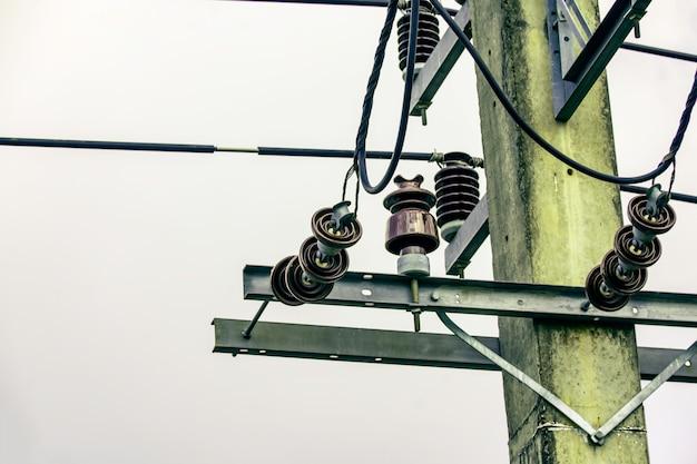 Isolador de eletricidade para proteger a falha de curto-circuito da linha de energia elétrica Foto Premium