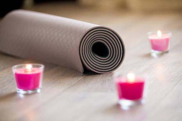 Isolamento para a ioga com velas Foto gratuita