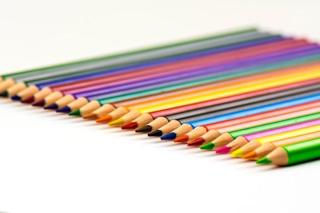 Isolar. muitos lápis coloridos afiados Foto Premium