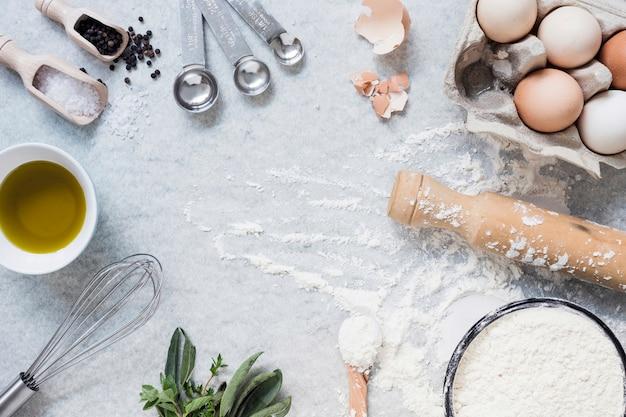 Itens de cozinha e ingredientes para bolo de cozimento Foto gratuita
